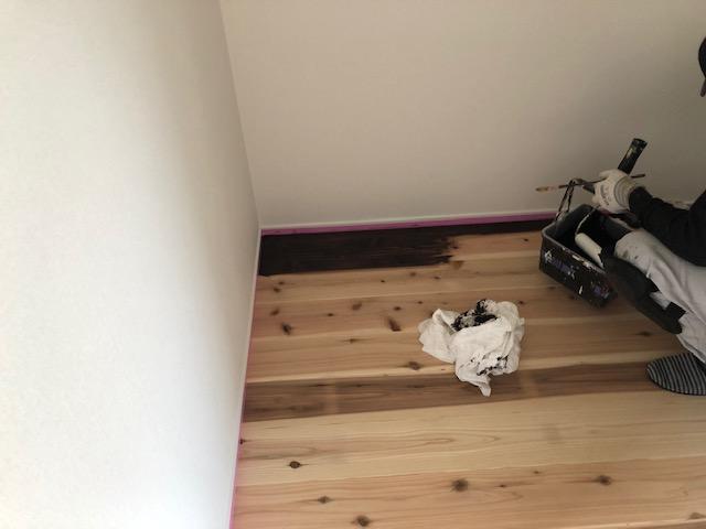 杉床の塗装の様子