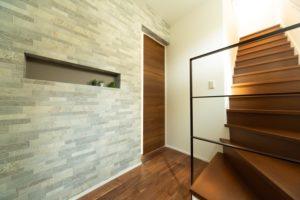 明石市の三角バルコニーの注文住宅の玄関